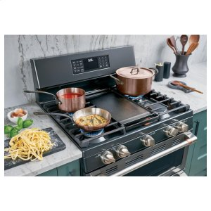 Expansive edge-to-edge cooktop that helps you entertain with ease
